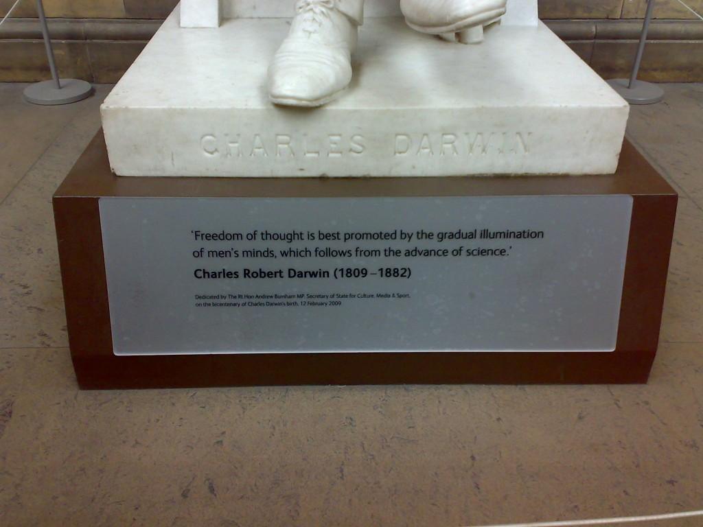 Frase en la estatua de Darwin