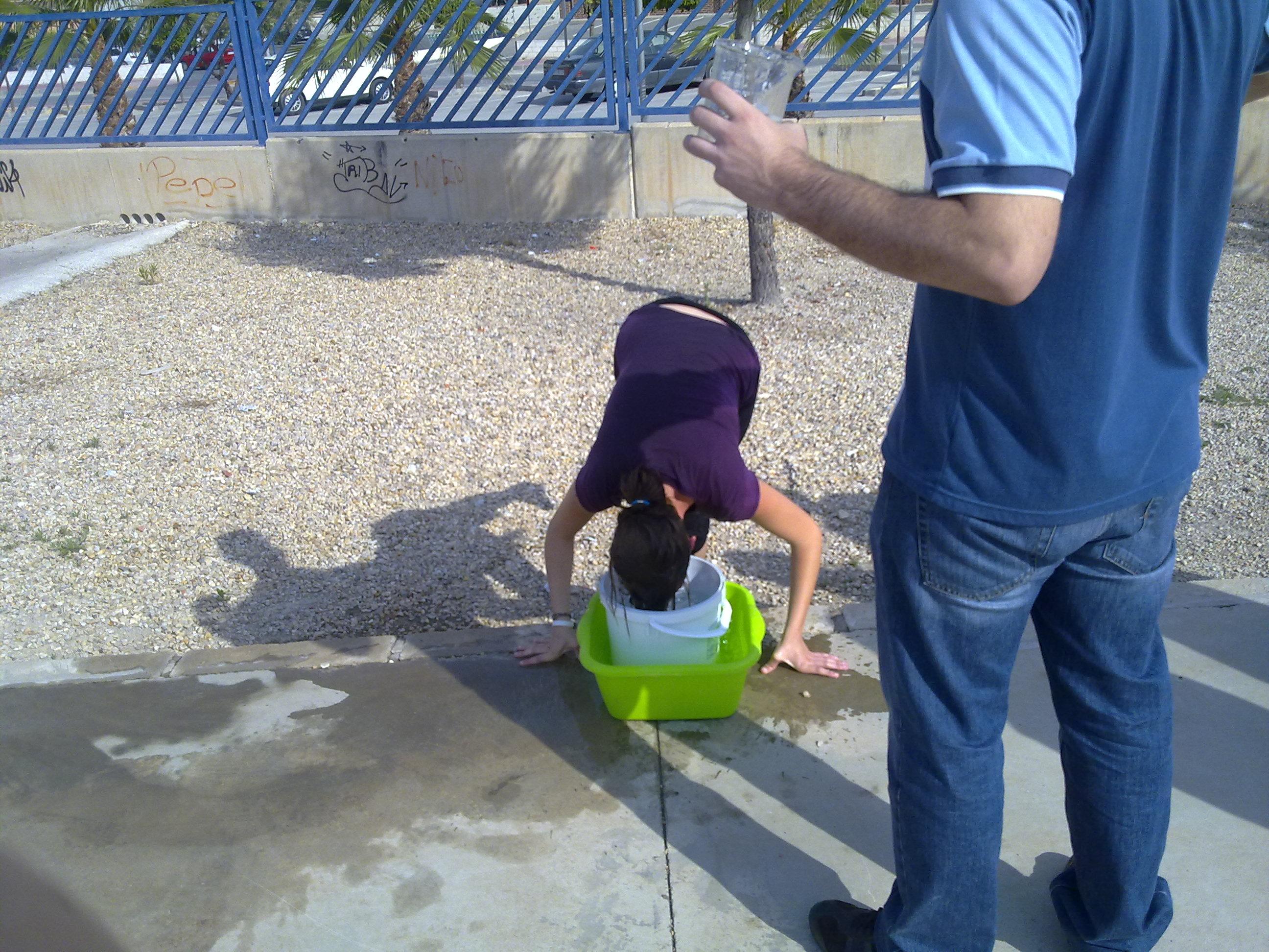 cubo ¿Cómo enseñar a 35ºC? Metiendo la cabeza en un cubo.